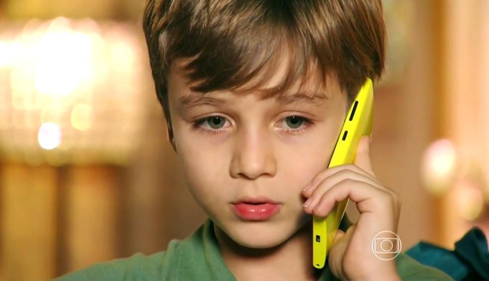 Samuca (Vitor Figueiredo) pede a ajuda de Cassiano (Henri Castelli) para tirar Alberto (Igor Rickli) da sua casa - 'Flor do Caribe' — Foto: Globo