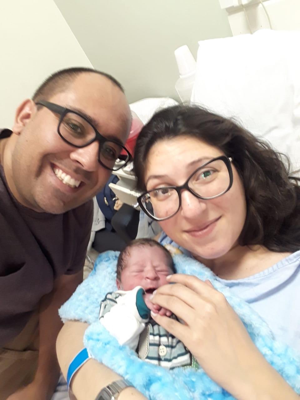 Bebê nasce dentro de carro, a caminho de maternidade de Curitiba