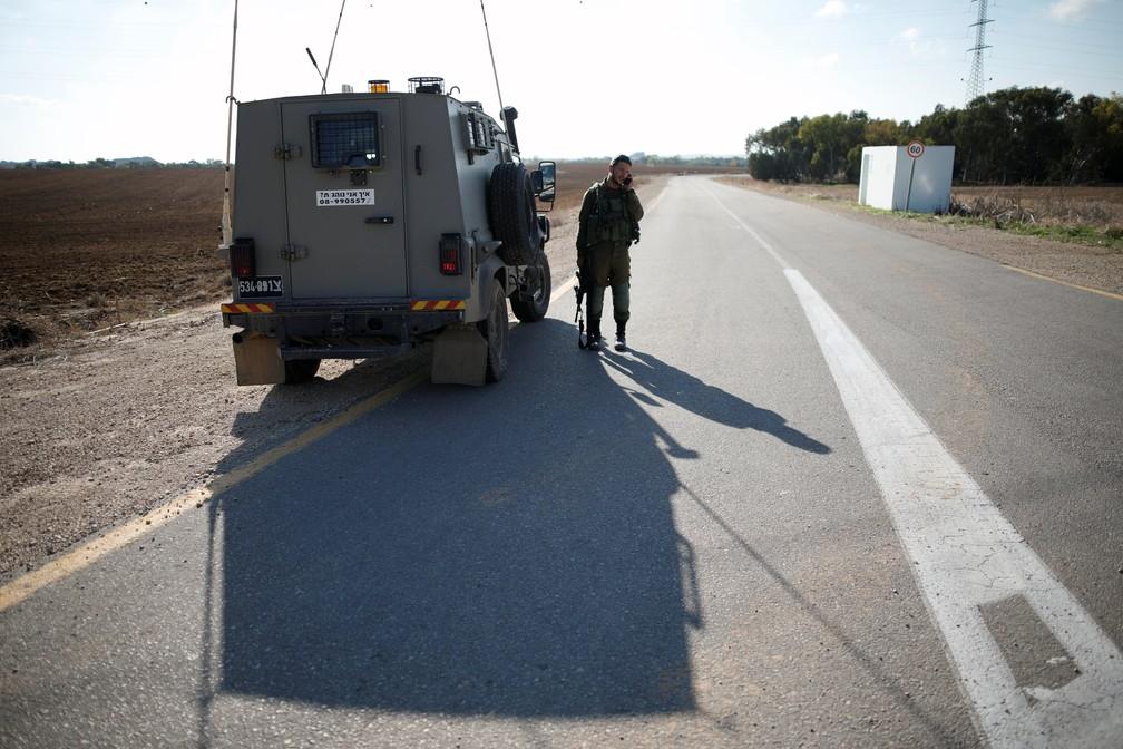 Blindado israelense no kibbutz Nahala Or, perto de Gaza, nesta segunda (12) — Foto: Reuters/Amir Cohen