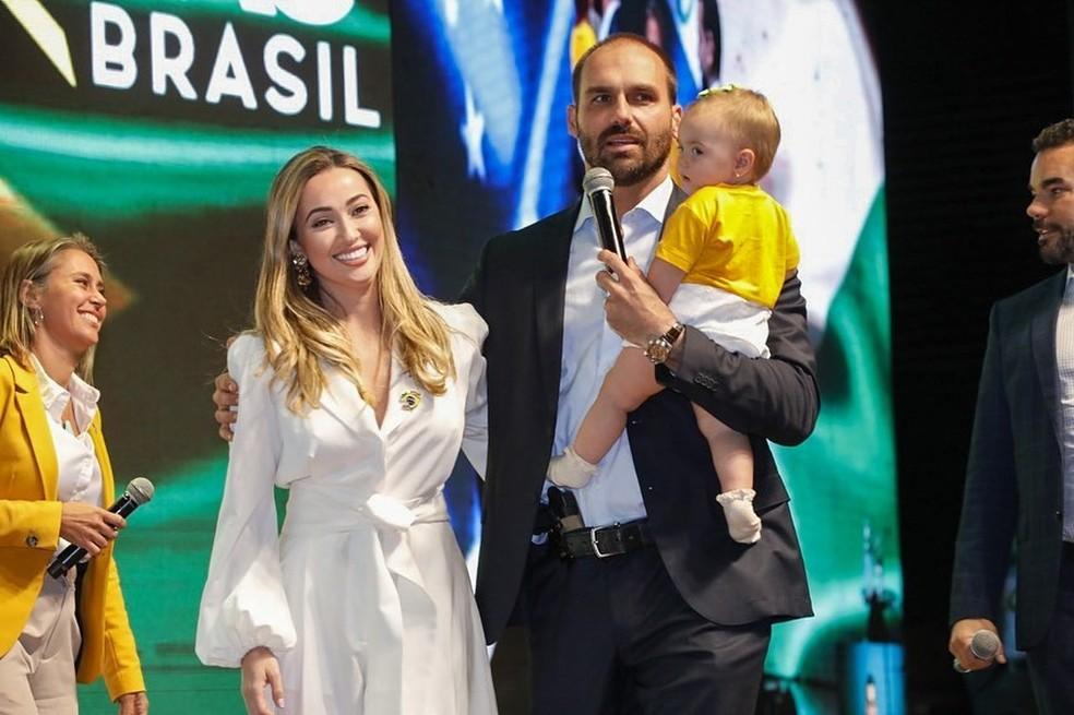 Eduardo Bolsonaro com a esposa, Heloisa, e a filha, Geórgia.  — Foto: Reprodução/Instagram