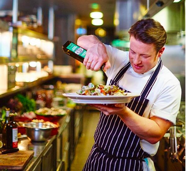O chef e apresentador Jamie Oliver dentro de um dos estabelecimentos de sua rede de restaurantes italianos (Foto: Instagram)