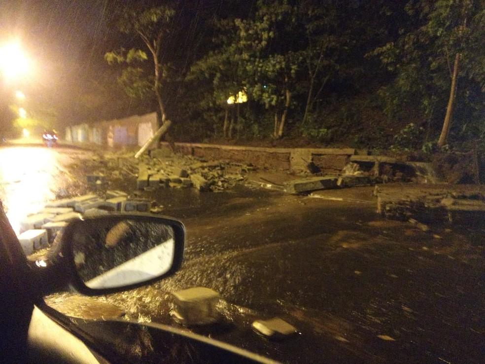 Parte do muro de universidade caiu durante a chuva em Rio Preto — Foto: Arquivo pessoal