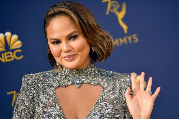 A modelo Chrissy Teigen no red carpet do Emmy 2018 (Foto: Getty Images)