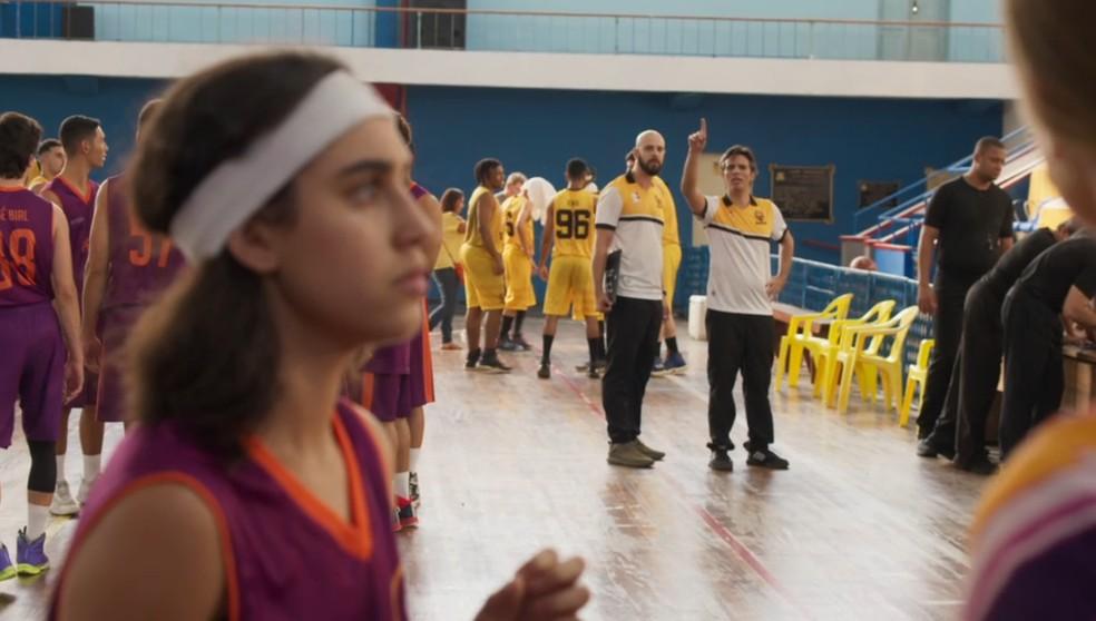 O técnico do time adversário avisa que Gabriela (Giovanna Coimbra) entrou em quadra e diz que a partida foi uma fraude em 'Bom Sucesso' — Foto: Globo