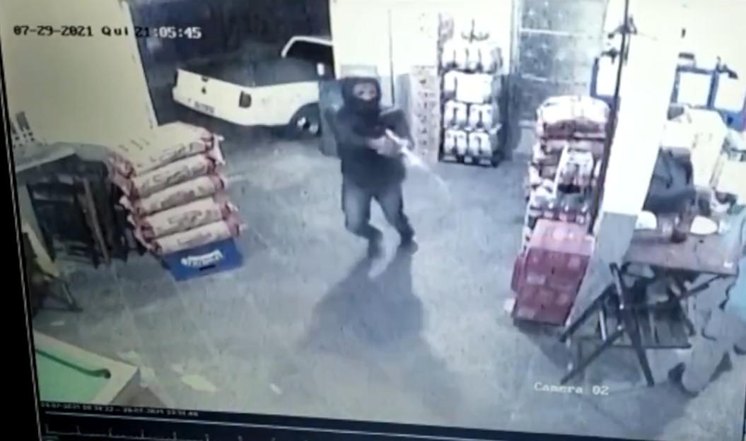 Imagens de câmeras de segurança registram tiroteio em bar em Petrópolis, no RJ; VÍDEO