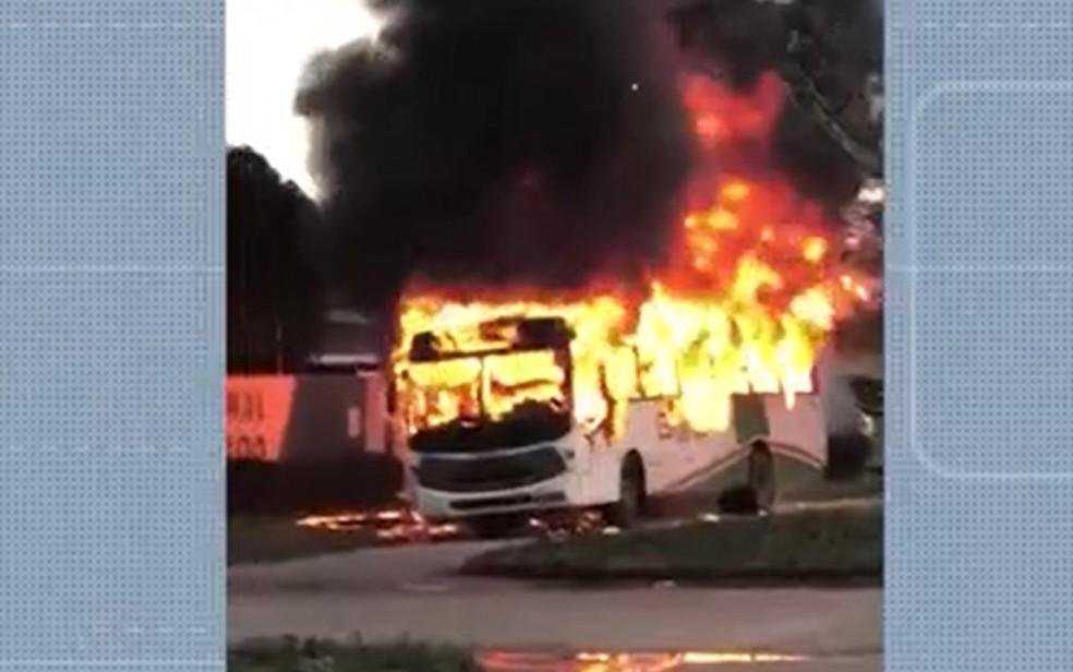 Ônibus é incendiado em Eunápolis e transporte urbano é suspenso na cidade nesta segunda   — Foto: Reprodução / TV Santa Cruz