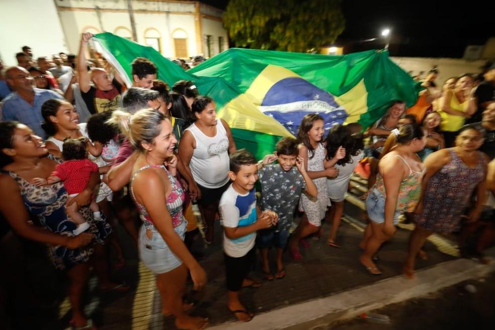 Parte da população de Uruburetama comemora o afastamento do prefeito suspeito de assediar mulheres — Foto: JL Rosa/G1