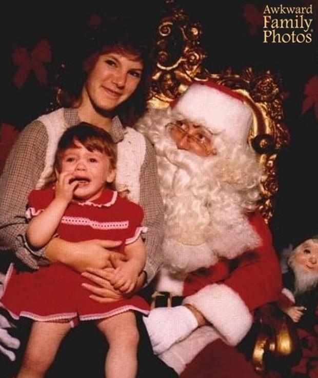Garota não parecia feliz ao sentar no colo do Papai Noel (Foto: Divulgação/Awkward Family Photos)