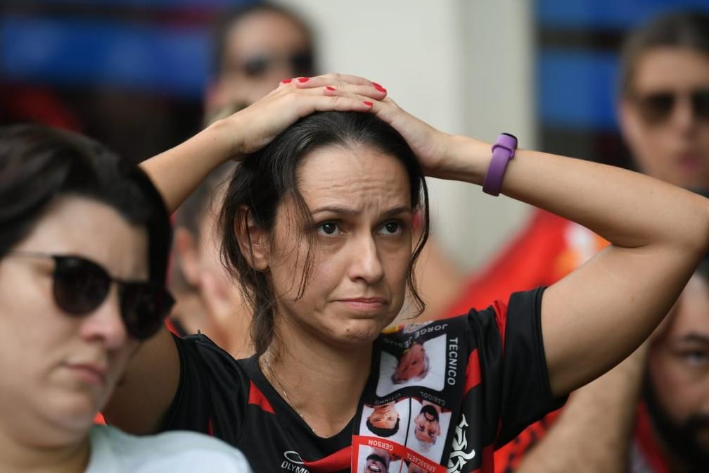 Juiz consulta o VAR — Foto: Alexandre Durão / G1