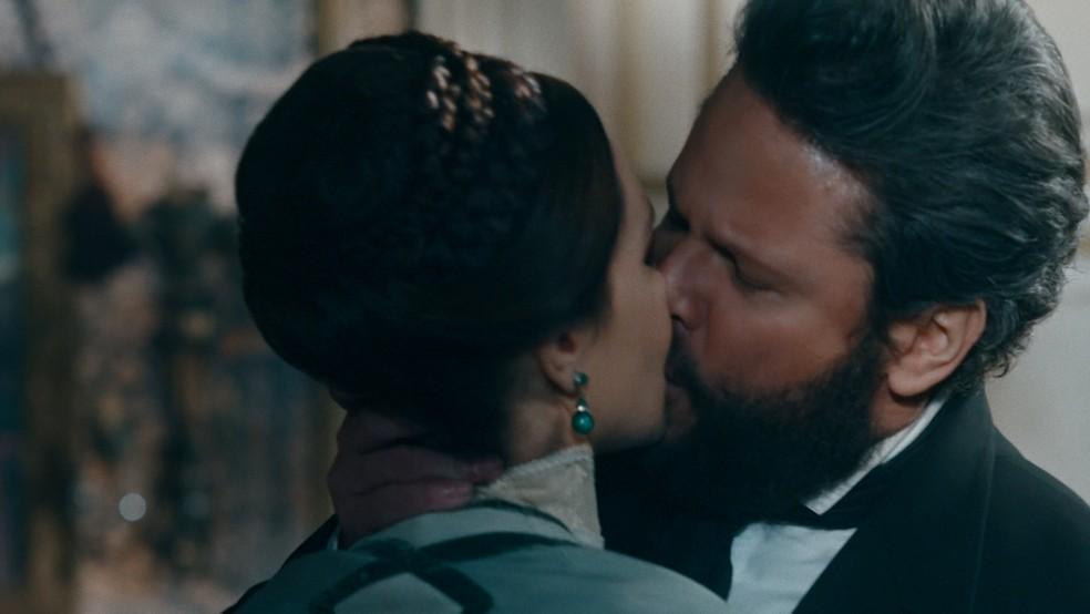 Pedro (Selton Mello) beija Luísa (Mariana Ximenes) apaixonadamente em 'Nos Tempos do Imperador' — Foto: Globo