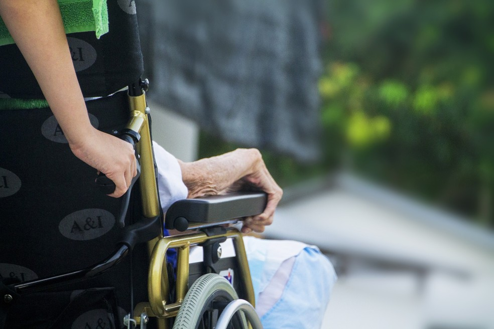 As mulheres vivem mais e, portanto, também sofrem mais doenças nos últimos anos de vida — Foto: Pixabay