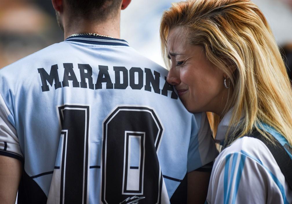 Torcida argentina chora a morte de Maradona — Foto: Reuters