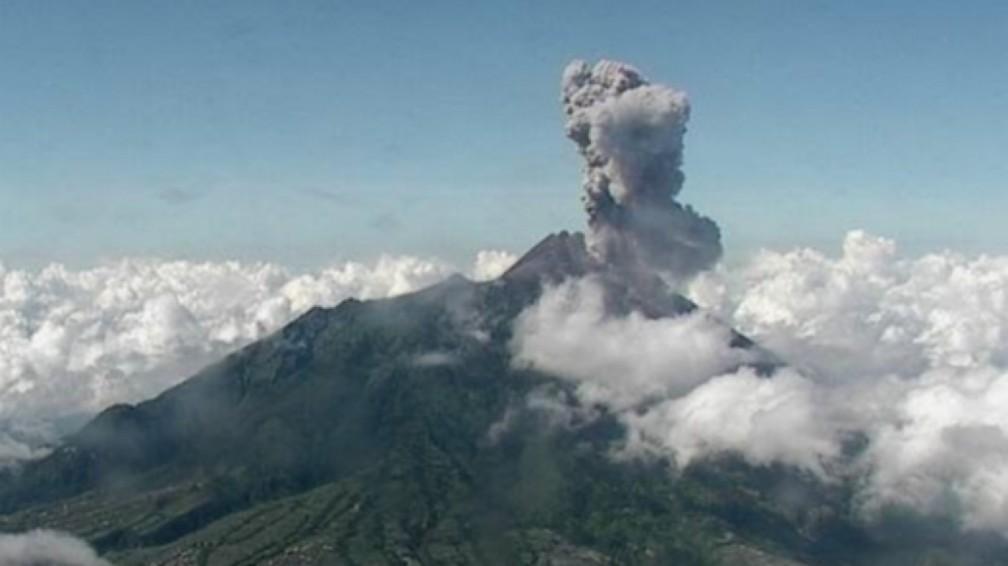 Vulcão Krakatoa entra em erupção na Indonésia — Foto: Centro de Investigação e Desenvolvimento Tecnológico de Desastres Geológicos da Indonésia / Via AFP Photo