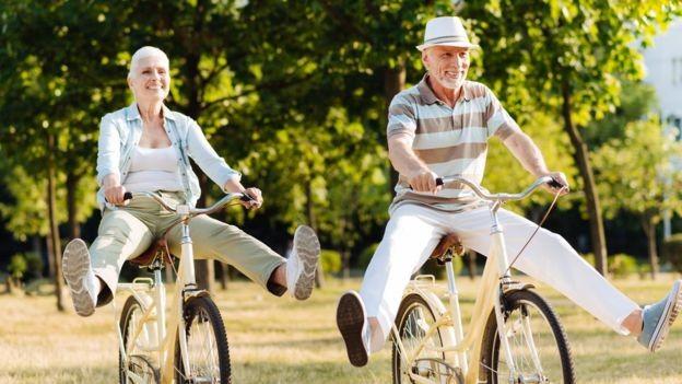 Fazer exercícios, não fumar e adotar uma boa dieta têm efeito direto sobre a idade 'real' das pessoas, segundo a pesquisadora de Yale Morgan Levine (Foto: Yacobchuk via BBC)