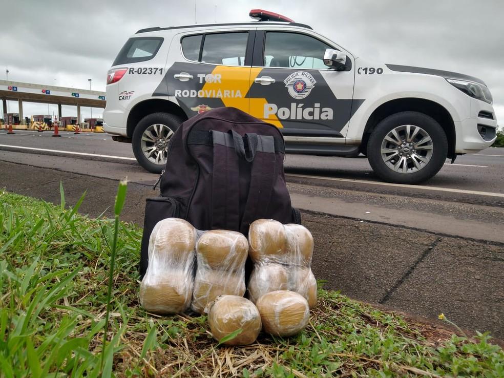 Droga estava na bagagem de mão do passageiro abordado em Santa Cruz do Rio Pardo  — Foto: Polícia Rodoviária / Divulgação