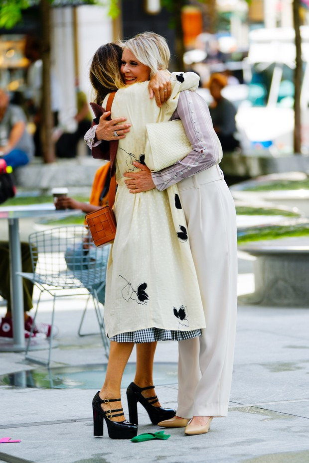 """NEW YORK, NEW YORK - JULY 09:  Sarah Jessica Parker and Cynthia Nixon are seen filming """"And Just Like That..."""" the follow up series to """"Sex and the City"""" in midtown on July 09, 2021 in New York City. (Photo by Gotham/GC Images) (Foto: GC Images)"""