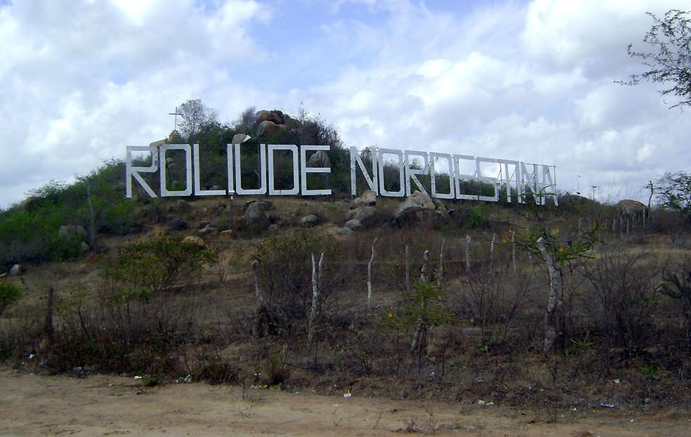 Letreiro 'Roliúde Nordestina' dá as boas-vindas aos visitantes de Cabaceiras — Foto: Karoline Zilah/G1/Arquivo