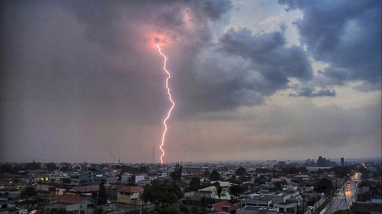 Foto mostra super-raio atingindo Vilhena, RO, durante temporal - Notícias - Plantão Diário
