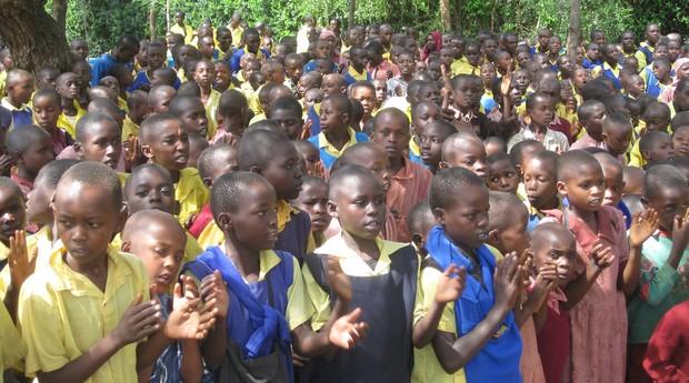 Milionário abriu mão do luxo para adotar mais de 13 mil órfãos do Quênia (Foto: Divulgação)