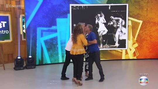 Alexandre Borges dá selinho em Jorge Fernando no palco do 'Encontro'
