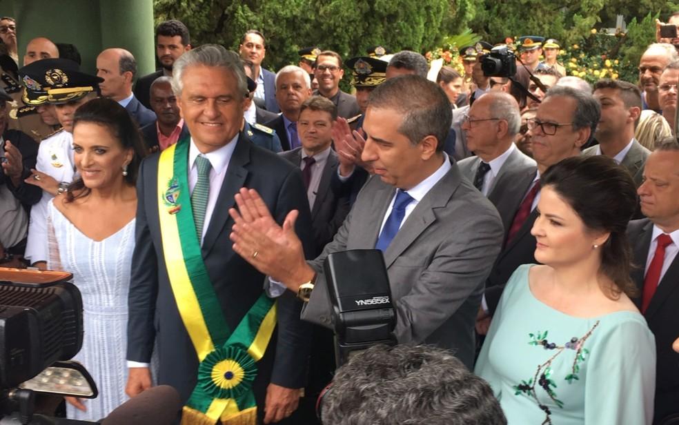 José Eliton passa faixa para o novo governador Ronaldo Caiado, em Goiânia, Goiás — Foto: Silvio Túlio/G1