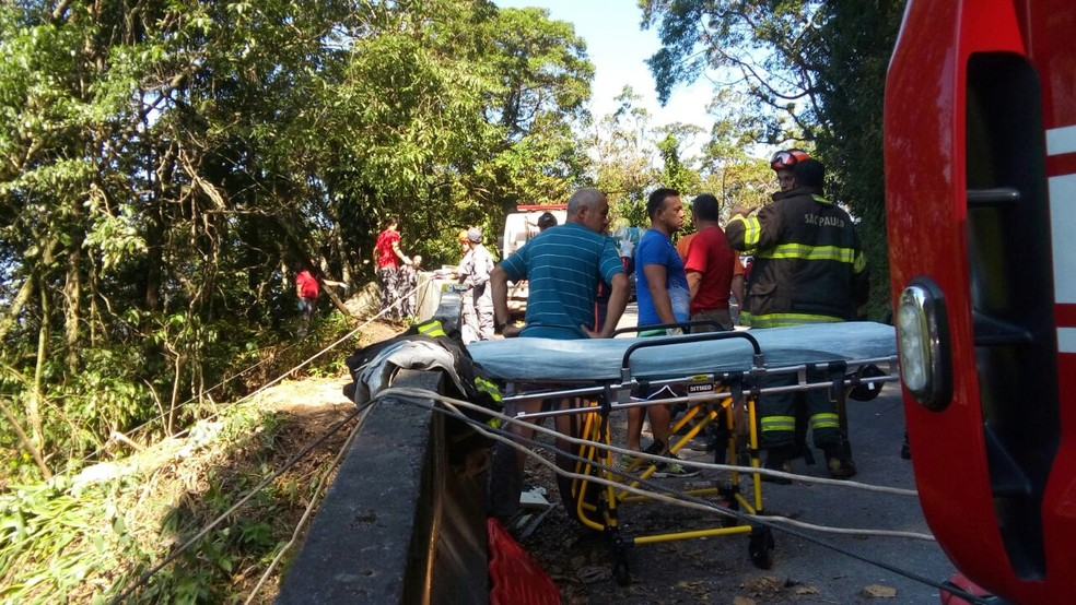 Acidente deixou ao menos três mortos na serra de Ubatuba (Foto: Kadu Reis/TV Vanguarda)