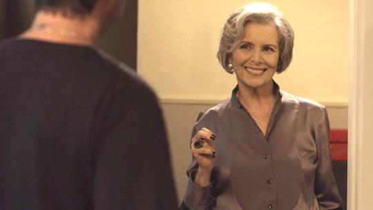 Sabine chega de surpresa na casa de Malagueta e Maria Pia se esconde