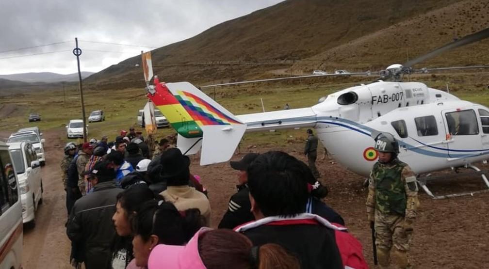 Imagem publicada em rede social mostra o helicóptero de Evo Morales após falha mecânica nesta segunda-feira (4) — Foto: Reprodução/Facebook/Joshua Bellot