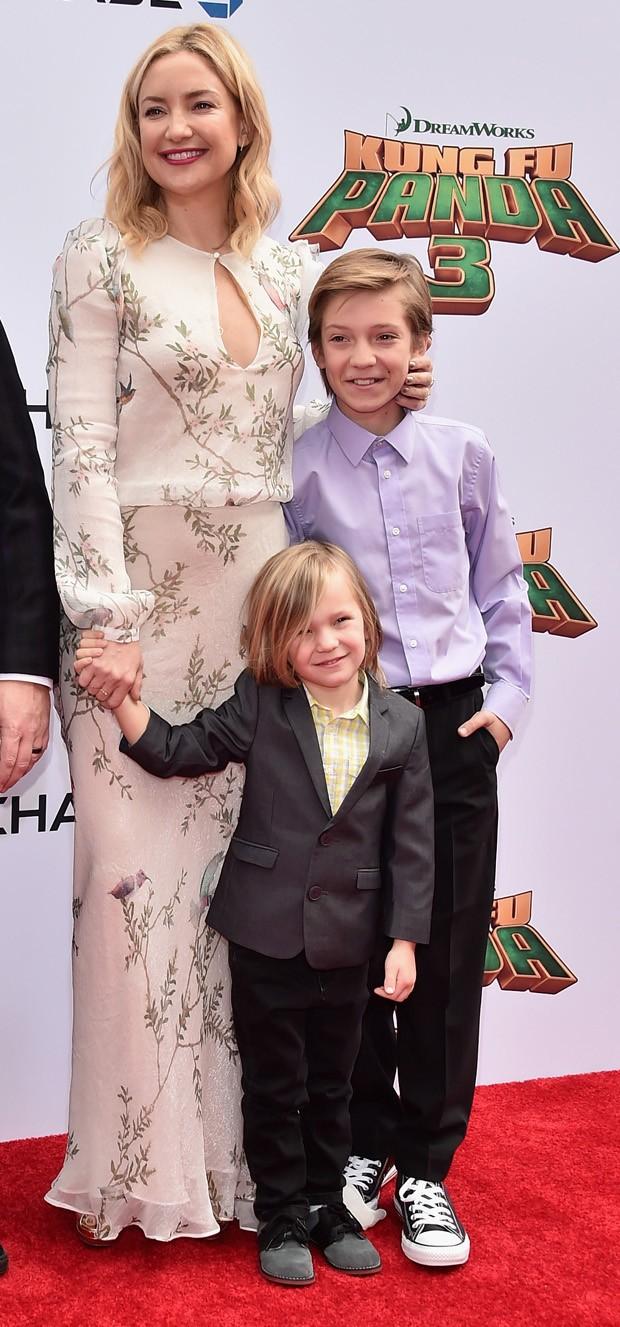 Kate Hudson com os filhos, Bingham e Ryder, em um evento de 2016 (Foto: Getty Images)