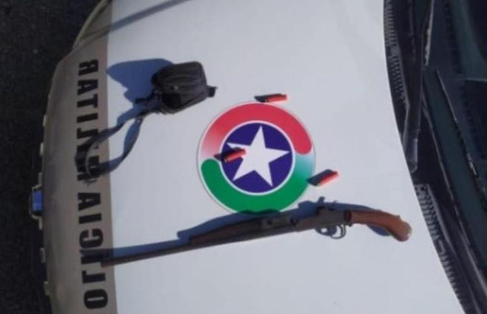 Espingarda do homem suspeito de violência doméstica apreendida — Foto:  Polícia Militar/Reprodução