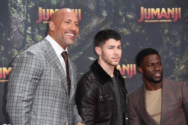 O ator Dwayne The Rock Johnson com o amigo Nick Jonas no lançamento de Jumanji (2017) (Foto: Getty Images)