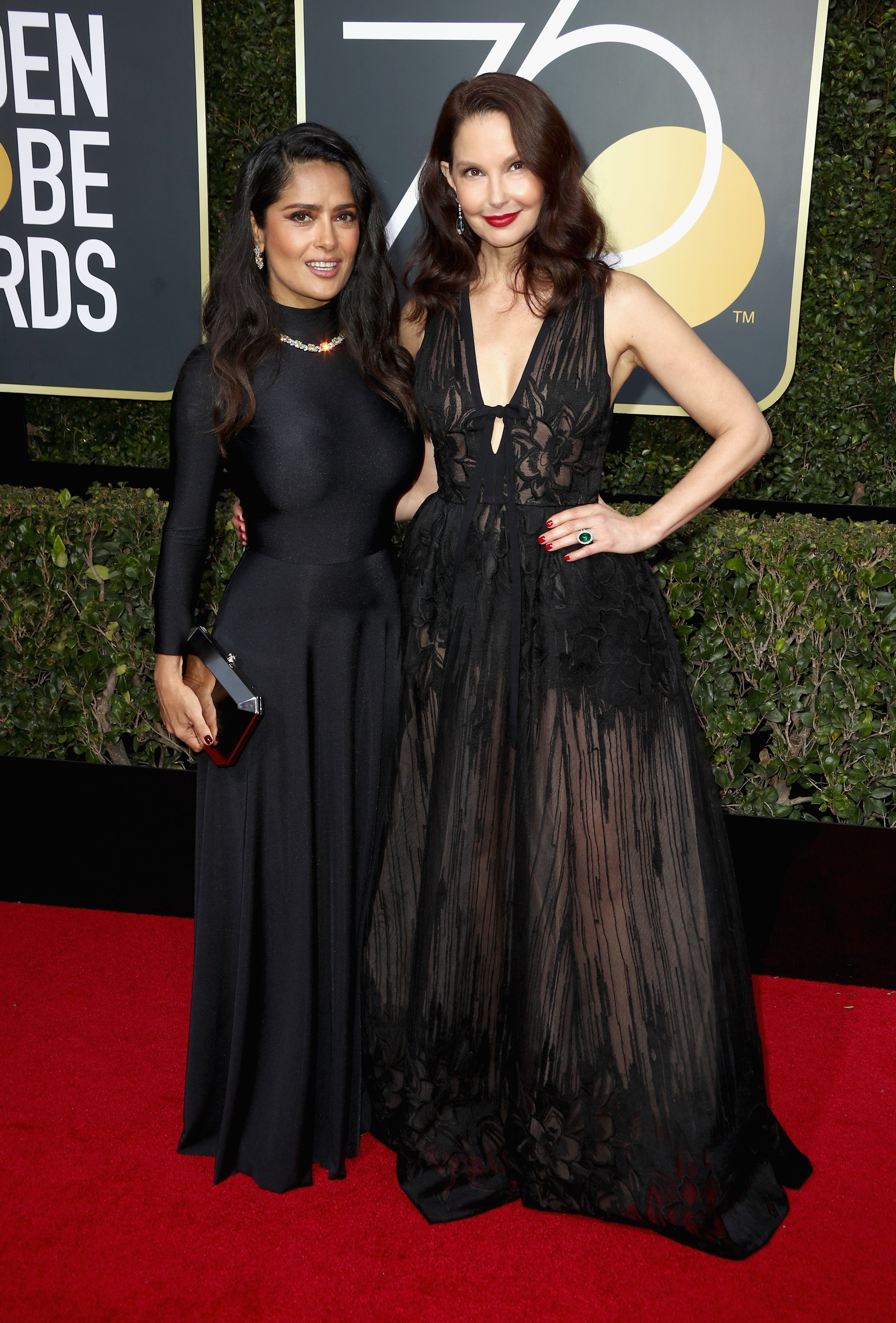 Salma Hayek com Ashley Judd, quem a incentivou a denunciar Harvey (Foto: Getty Images)