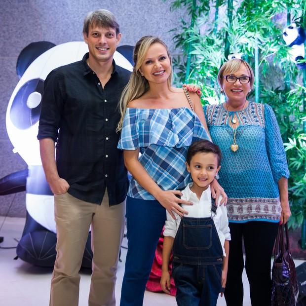 Eliana com o noivo Adriano, o filho Arthur e a mãe Eva (Foto: Manuela Scarpa/Brazil News)