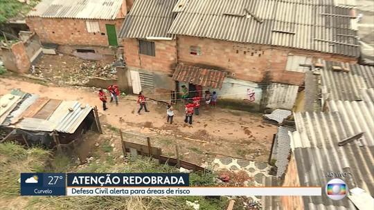 Famílias em risco ao lado de muro de contenção começam a deixar casas no Morro do Papagaio, em BH