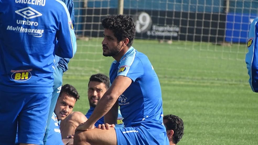 Léo, zagueiro do Cruzeiro, esteve na atividade em Porto Alegre — Foto: Gabriel Duarte