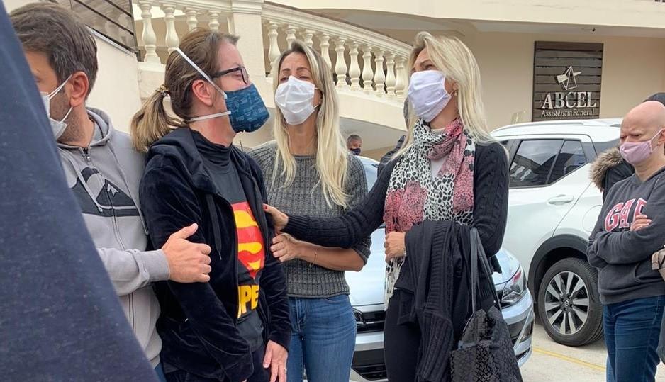 Alessandra Scatena se despede do marido em velório - Quem | QUEM News