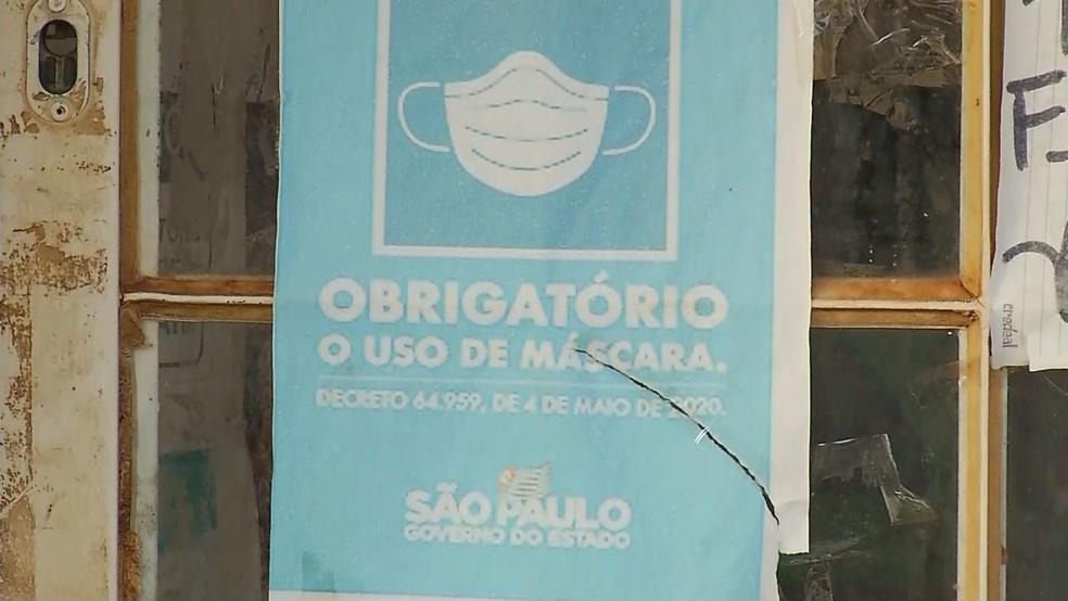 Placa colocada em padaria de Palmares Paulista enfatiza obrigatoriedade de máscara — Foto: Reprodução/TV TEM
