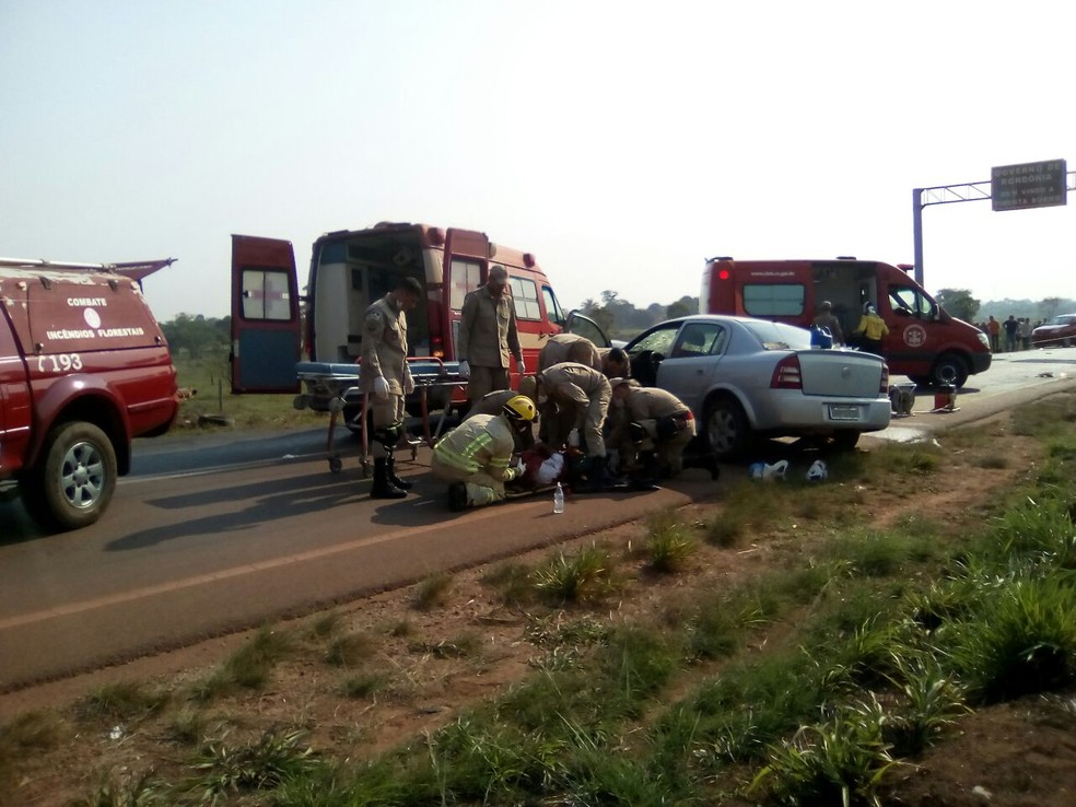 Uma das vítimas foi jogada para fora do carro  (Foto: Pimenta Virtual/Reprodução)