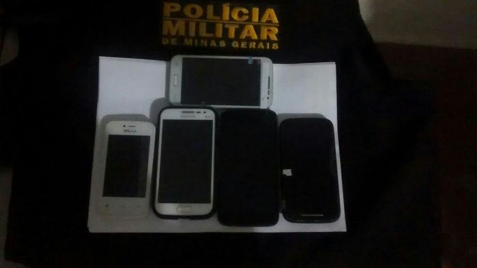 Cinco aparelhos sem procedência foram apreendidos na ocorrência (Foto: Polícia Militar/Divulgação)