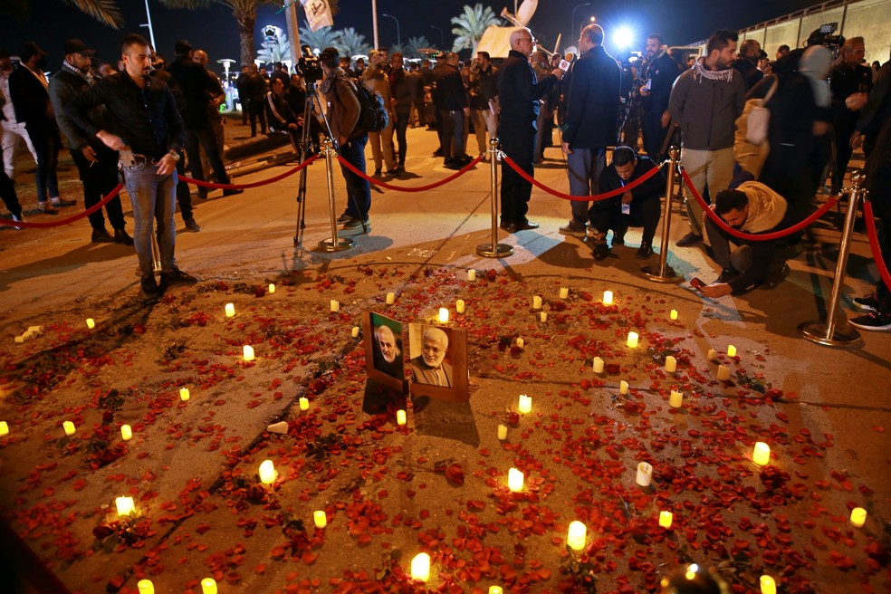 Manifestantes acendem velas no aeroporto internacional de Bagdá no aniversário de um ano da morte do general Qassem Soleimani e de um comandante de um grupo paramilitar iraquiano — Foto: Khalid Mohammed/AP