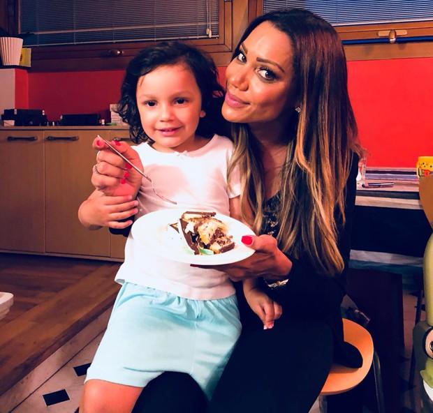 Ana Paula Evangelista com a pequena Elena, filha de Quitéria Chagas (Foto: Divulgação)