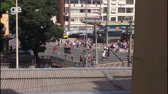 Torcedores de Flamengo e Fluminense brigam antes do Fla-Flu; vídeo
