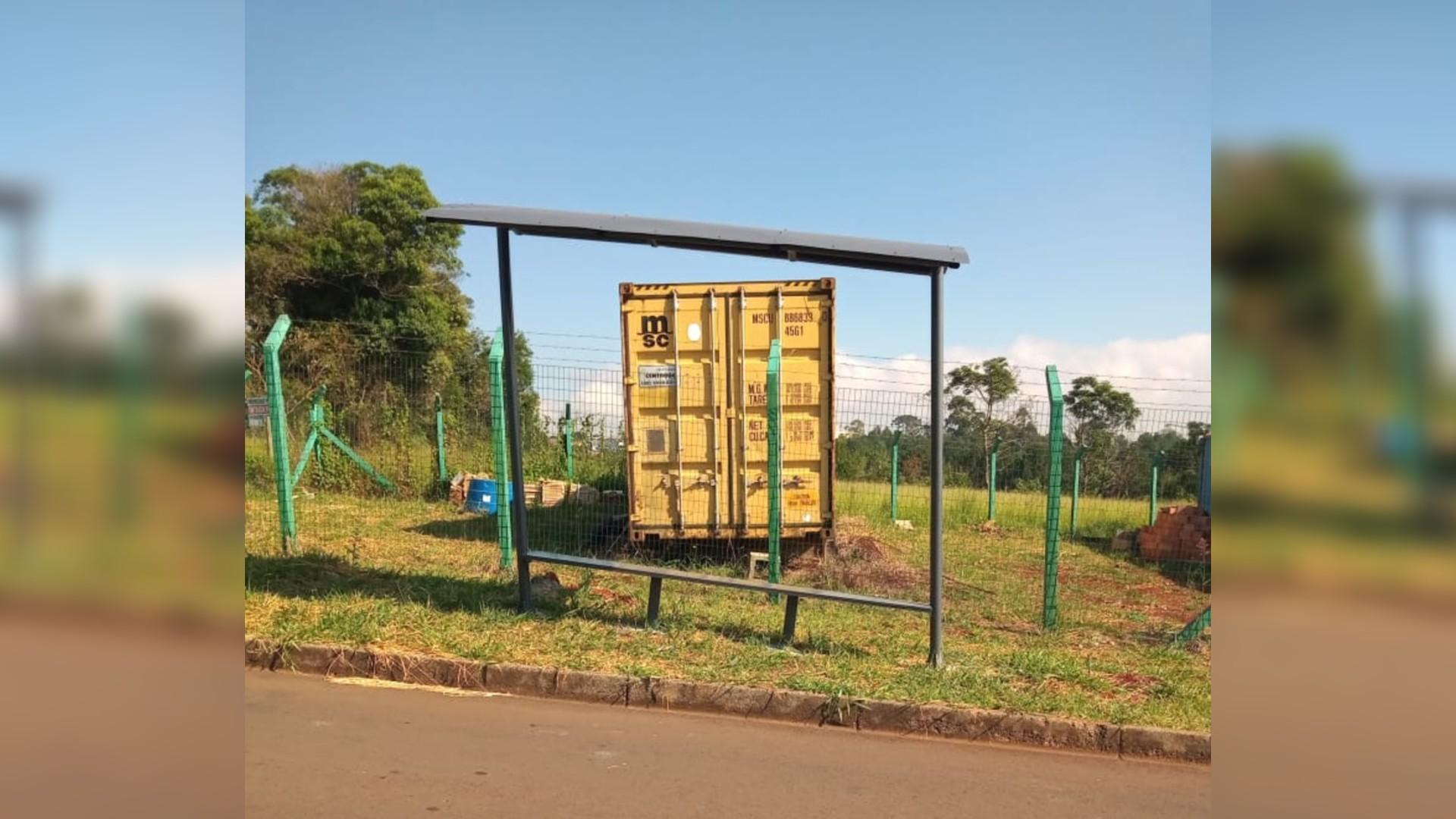Após reclamação de moradores, prefeitura faz retirada de ponto de ônibus torto em Ponta Grossa
