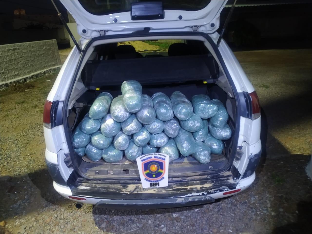 Suspeito de tráfico é preso com 30 kg de maconha dentro de carro em Serra Talhada