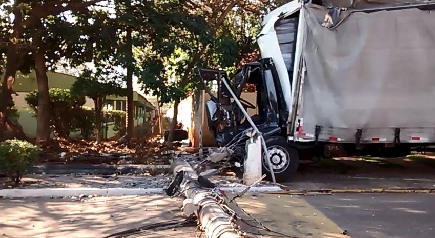 Caminhão desgovernado derruba dois postes no centro de Santa Gertrudes