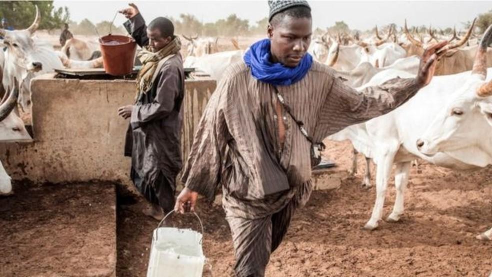 Sociólogo afirma que o vírus exacerba desigualdades sociais — Foto: Getty Images via BBC