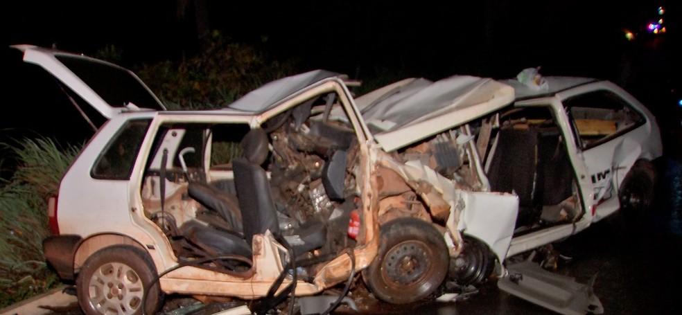 Casal que estava a caminho de velório morreu ao ter carro atingido por ladrões em fuga em Cuiabá — Foto: TV Centro América