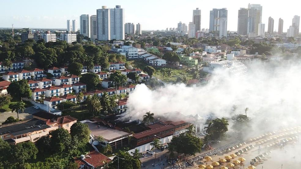 Fumaça que saiu de hotel em que aconteceu incêndio em Ponta Negra, na Zona Sul de Natal, se espalhou pela praia — Foto: Thiago Queiroga