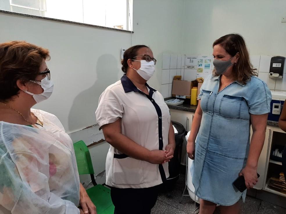 Recepcionista da UPA de Ourinhos toma dose da vacina contra a Covid — Foto: Adolfo Lima/TV TEM
