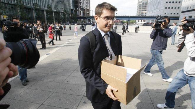 Funcionário do Lehman Brothers deixa o banco após seu colapso, em 2008; crise do subprime americana rapidamente se espalhou (Foto: PA/BBC)